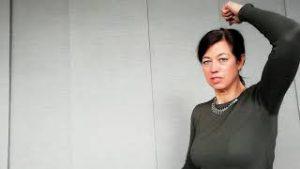 nekklachten en rugpijn voorkomen door rechtop zitten-demonstratie-door-Jolanda-Touw-van-Linea-Directa-Ontspannen-werken-ontspannenwerken.nu-bedrijfsworkshops-ontspanning-mindfulnessworkshop-workshop-omgaan-met-stress